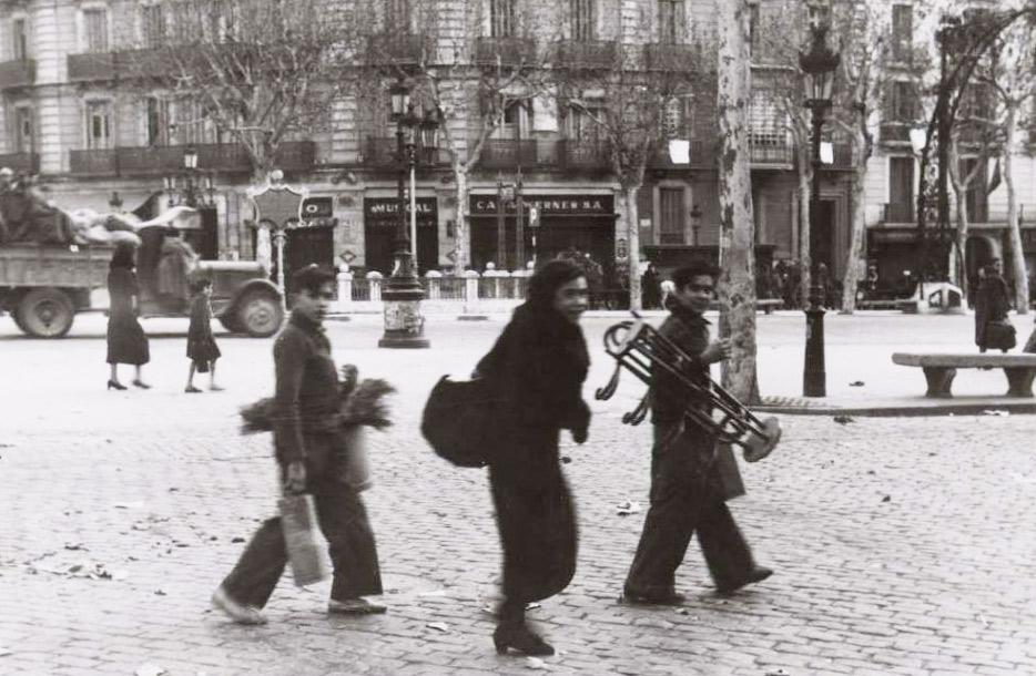 Escena del passeig de Gràcia el gener de 1939. Biblioteca Nacional de España