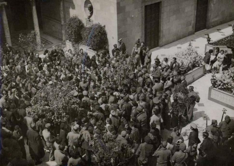 Rebuda de combatents al Palau de la Generalitat l'1 de maig. Biblioteca Nacional de España