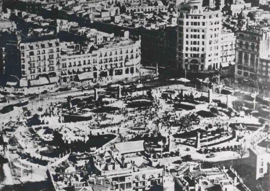 Vista general de la plaça de Catalunya de Barcelona. Gener de 1939. Biblioteca Nacional de España