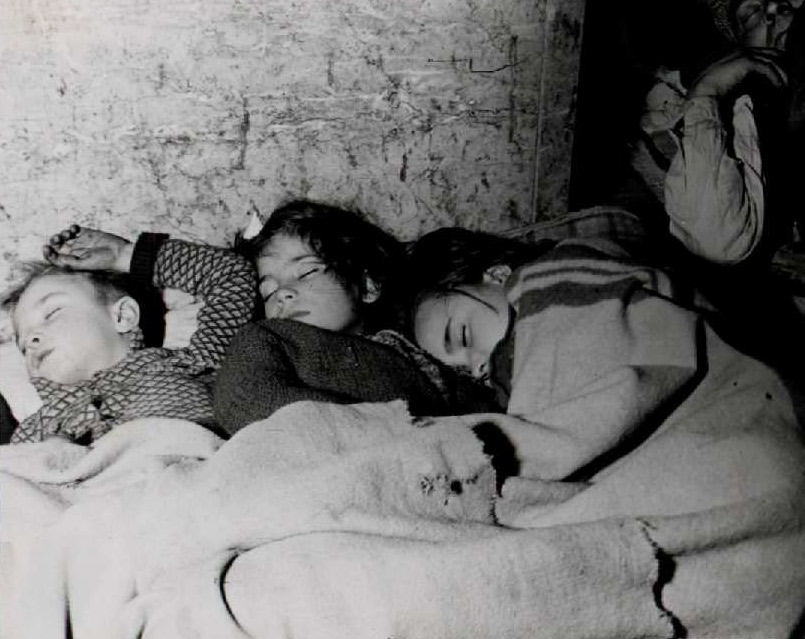 Infants dormint a l'estació del metro de Provença durant la guerra. Biblioteca Nacional de España