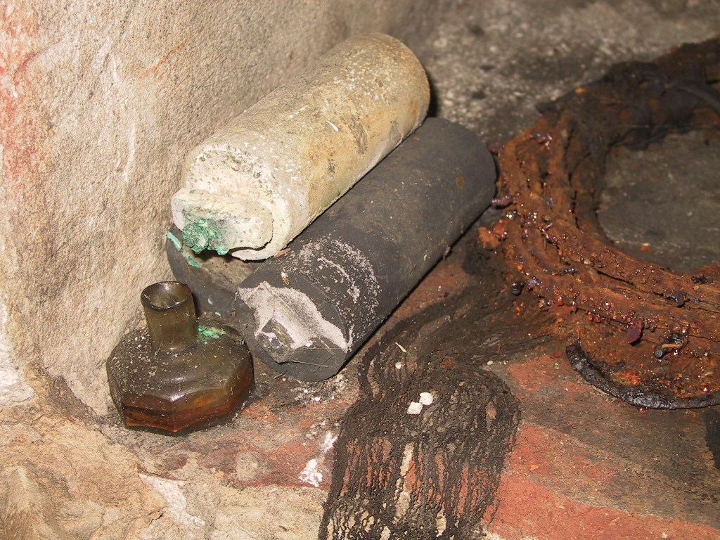 Material a l'interior del refugi Vila de Madrid. Autor: Jordi Pallàs