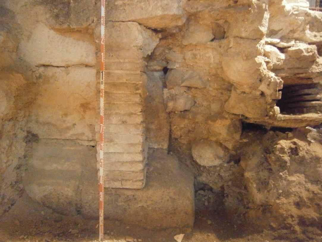 Evidències d'estructures modernes adossades al basament de la torre 75 de la muralla romana. Foto: Daria Calpena (Actium SL)