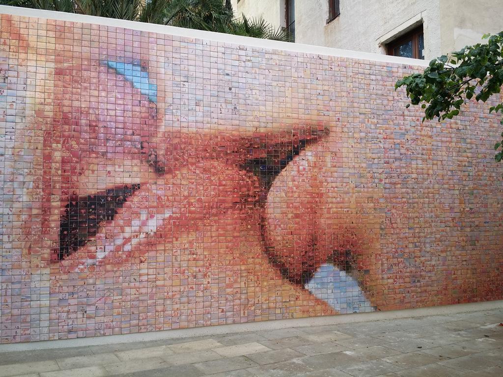 """Mosaic de rajoles de ceràmica, """"El món neix en cada besada"""", J. Fontcuberta. Plaça I. Nonell, Ciutat Vella (Foto: ©Museu Virtual de l'Art Públic. Ajuntament de Barcelona)"""