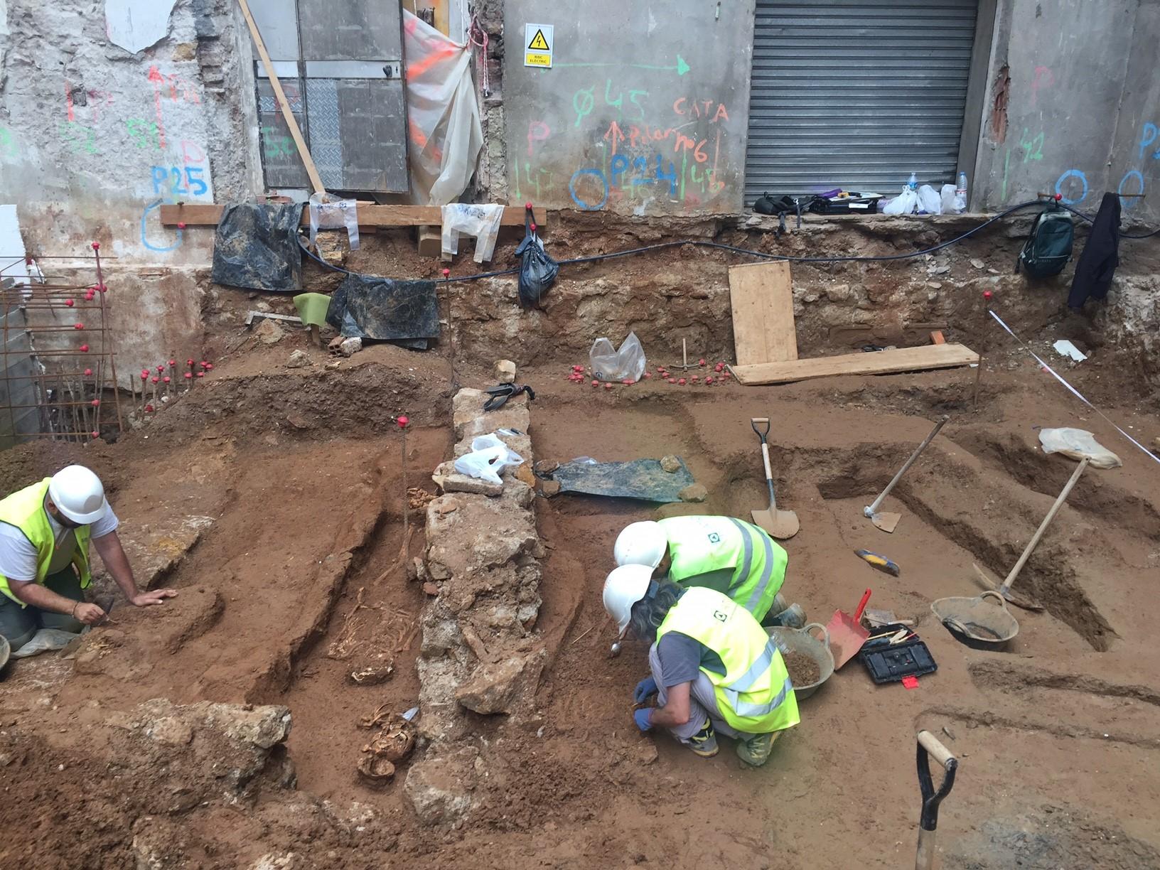 Vista general de l'excavació arqueològica a la finca del núm. 84 de la Ronda de Sant Antoni (Foto: Jordi Ramos)