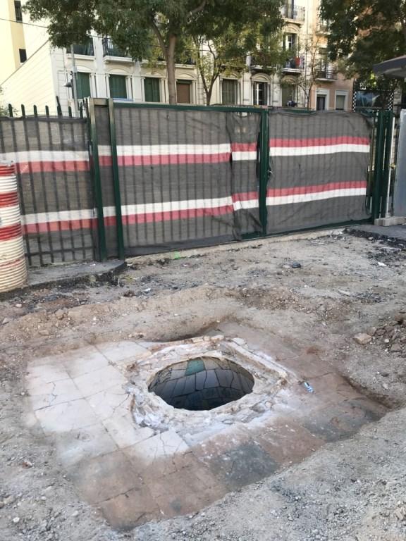 Boca del dipòsit localitzat a tocar del carrer de la Creu Coberta. Foto: Isabel Pereira