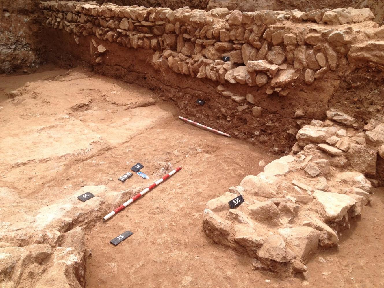 Mur baixmedieval (a dalt), i paviment romà d'opus signinum (a sota) Foto: Joan Piera