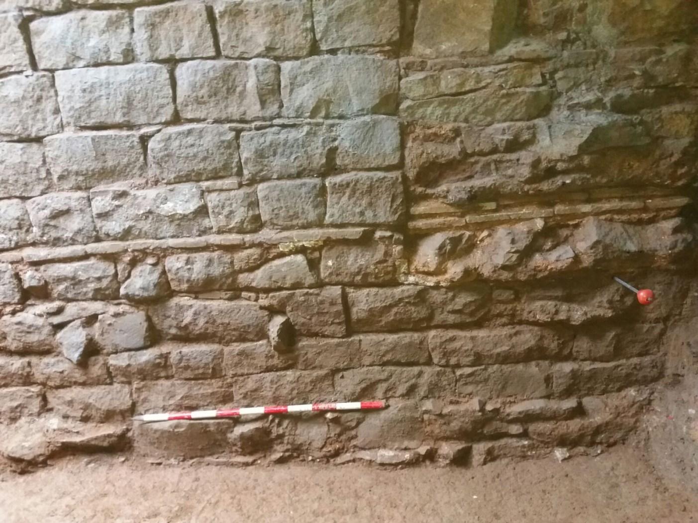 Mur de façana medieval amb reformes modernes. Foto: Esteve Nadal (Actium)