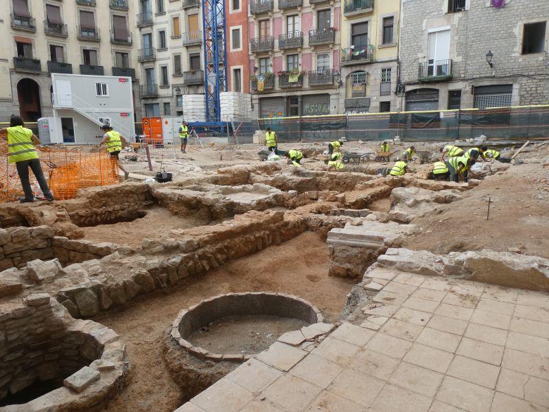 Vista general de l'excavació amb els murs medievals del casal gòtic