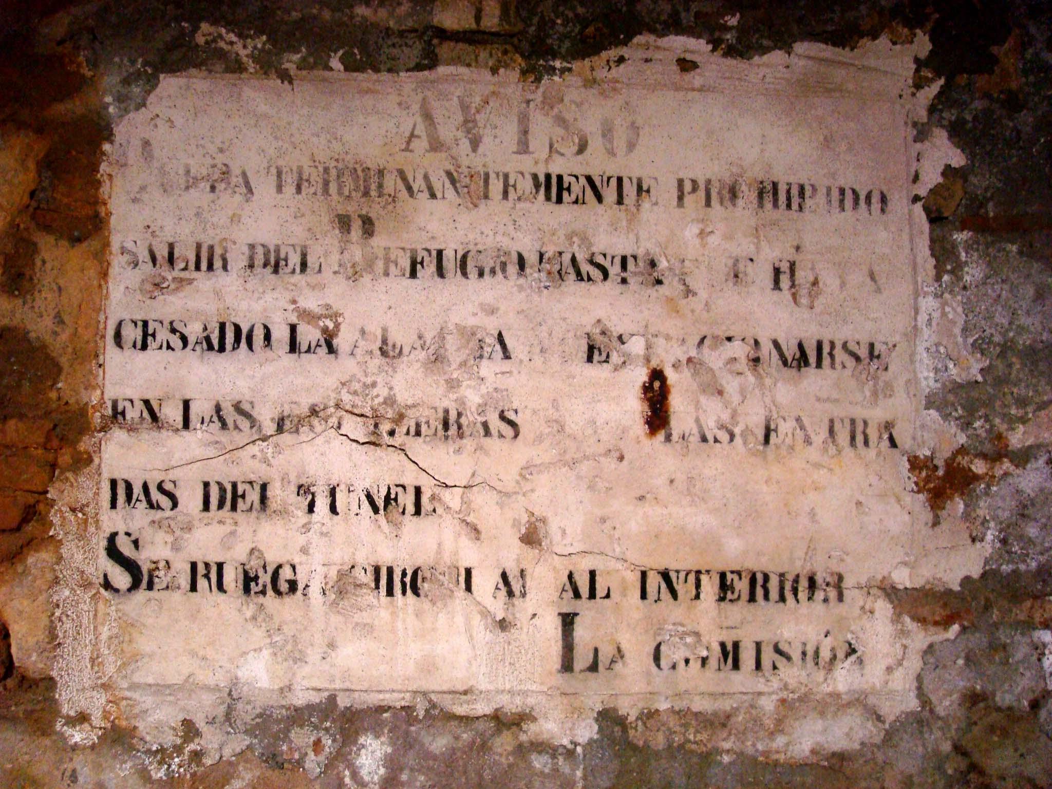 Cartell de guix amb indicacions per seguir en cas de bombardeig (Foto ÀBAC Conservació-Restauració S.L.)