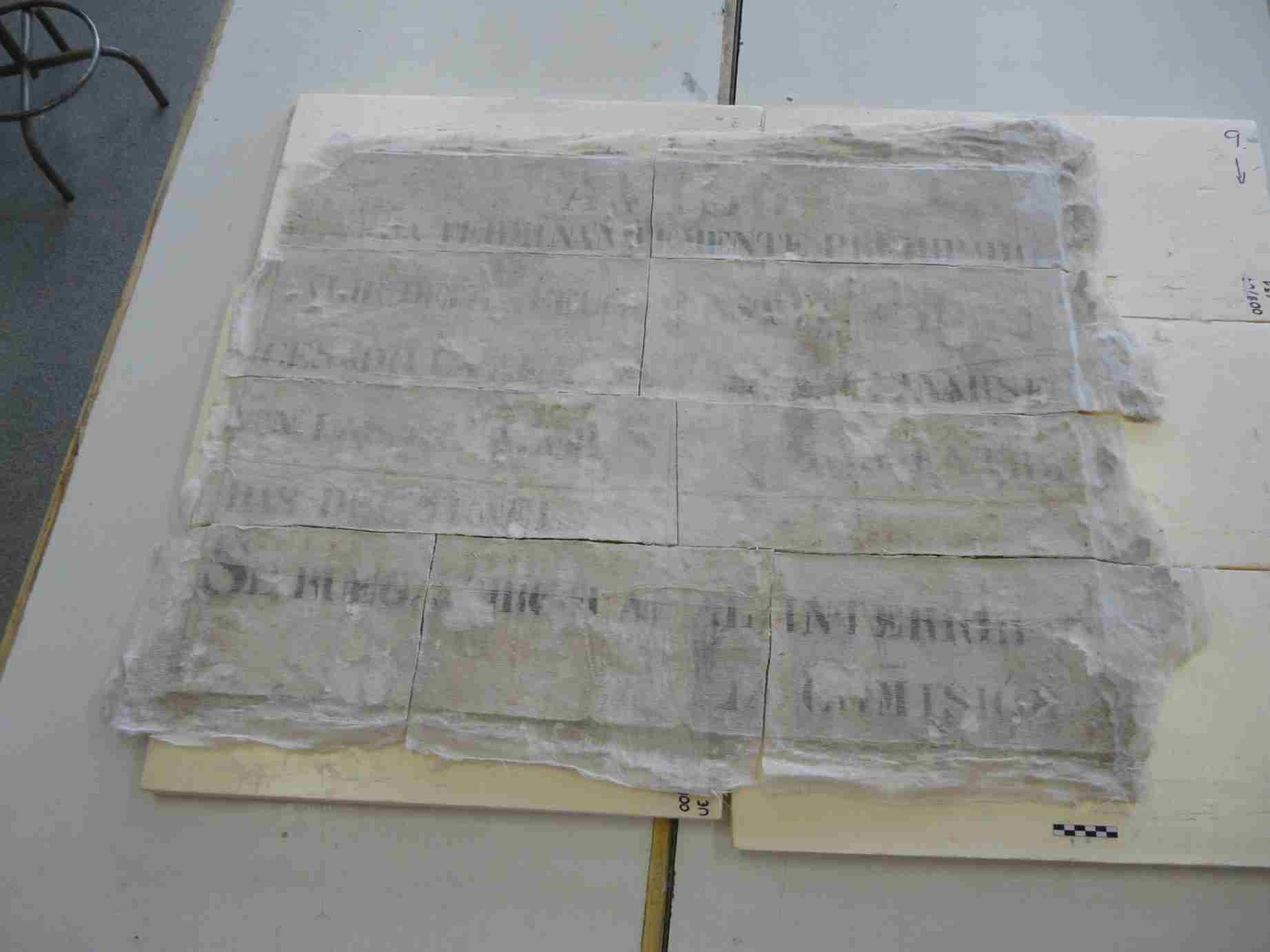 Presentació dels diferents fragments i comprovació de planeïtat (Foto Servei d'Arqueologia)
