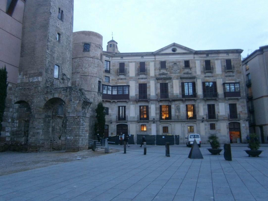 Façana del Palau Episcopal amb la porta decumana de la muralla romana a la seva esquerra. Foto: Daria Calpena (Actium SL)