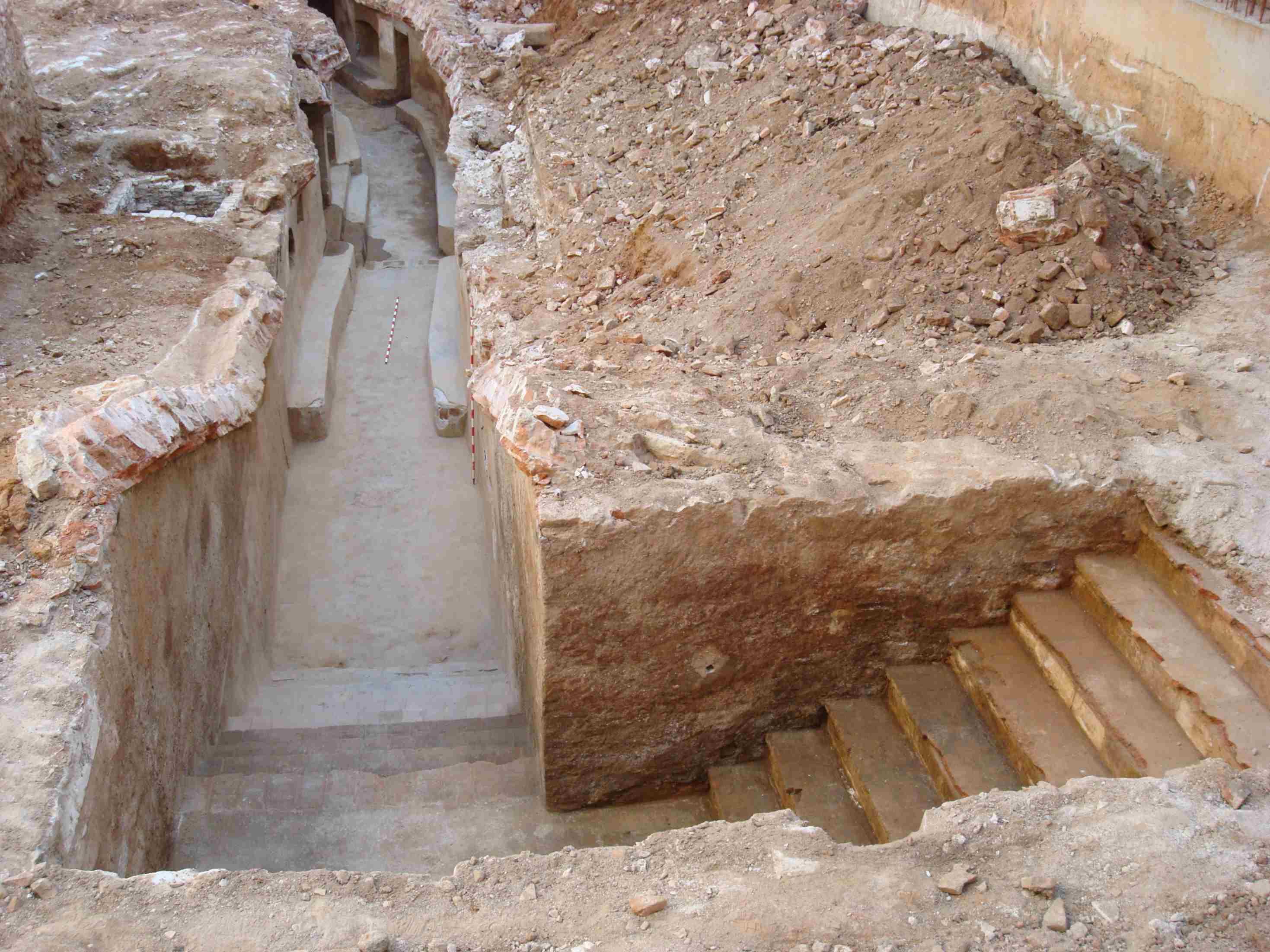 Escales de l'entrada del Refugi nº 254, pel C- Vistalegre, 11 (Foto: J.M. Vicente; M. Viamonte)