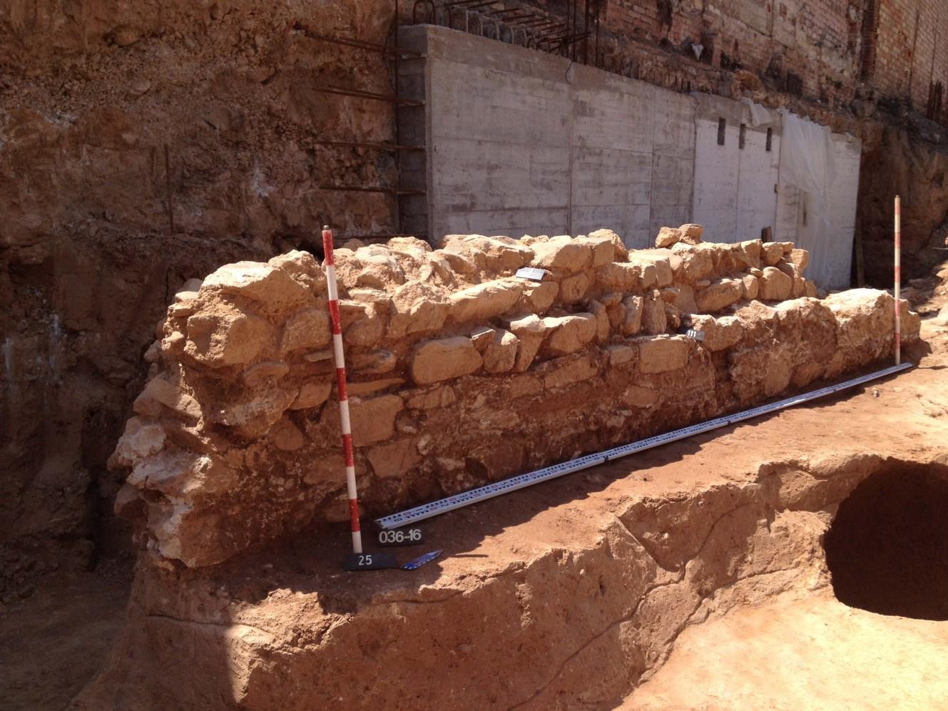 Mur baixmedieval de delimitació de l'espai. Foto: Joan Piera