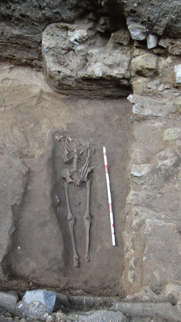 Enterrament en fossa simple excavat a les sorres. Foto: Walter Alegria.