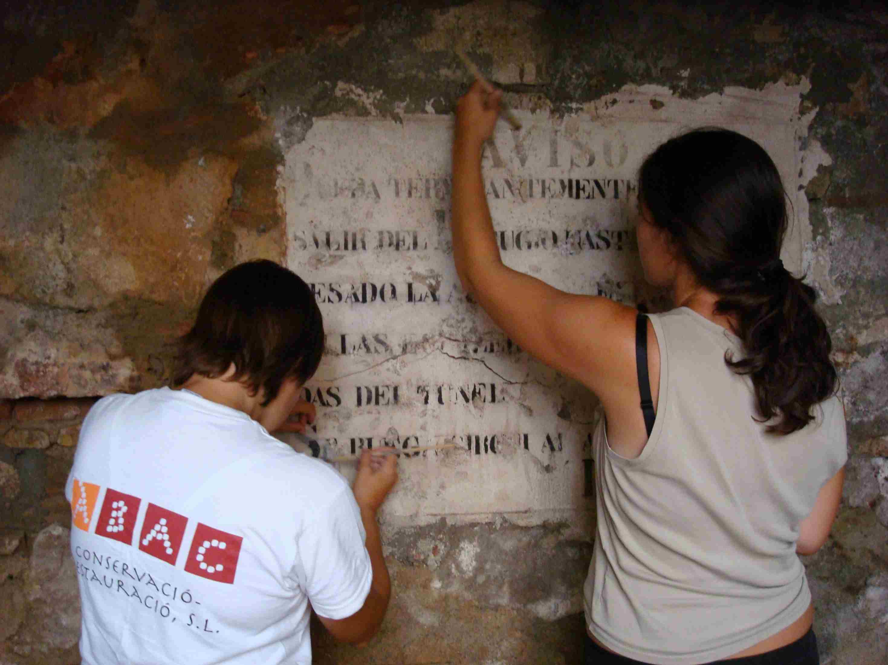 Neteja superficial del suport (Foto ÀBAC Conservació-Restauració S.L.)