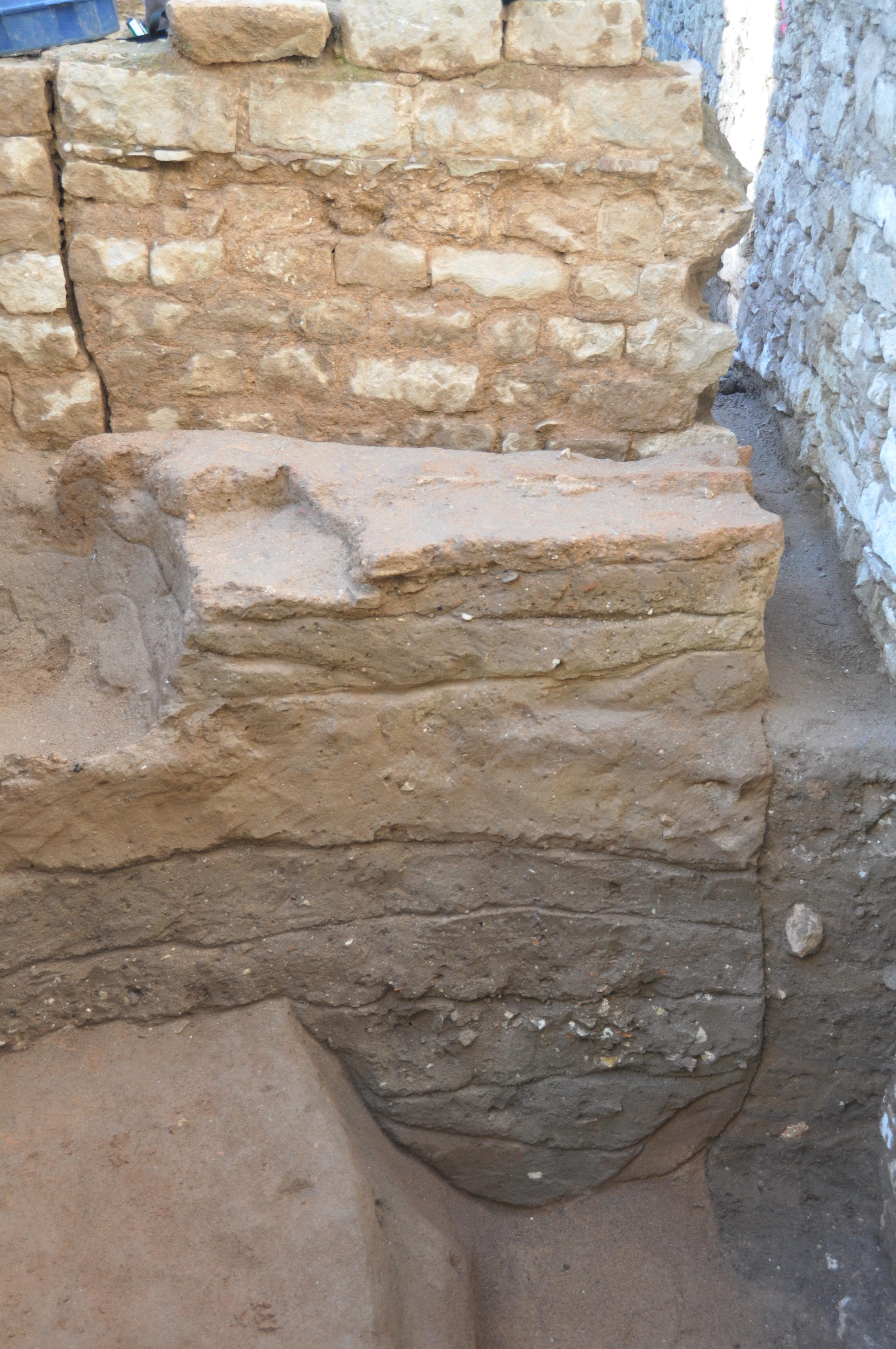 Tall estratigràfic de la intervenció de Duc de Medinaceli amb nivells medievals (tall superior) i romans (tal inferior)