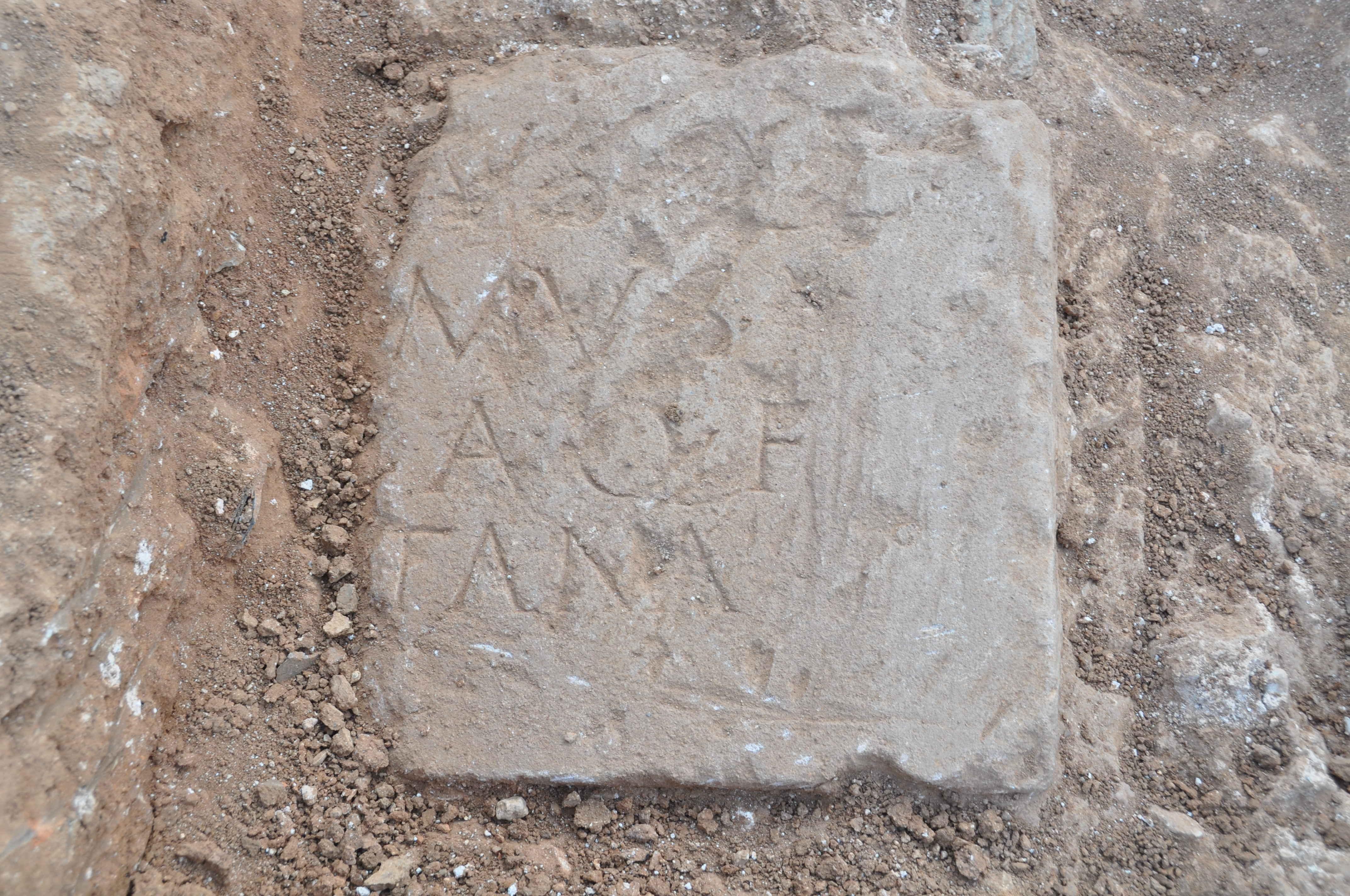 Làpida funeraria epigrafiada d'època altimperial (Foto: Servei d'Arqueologia de Barcelona)
