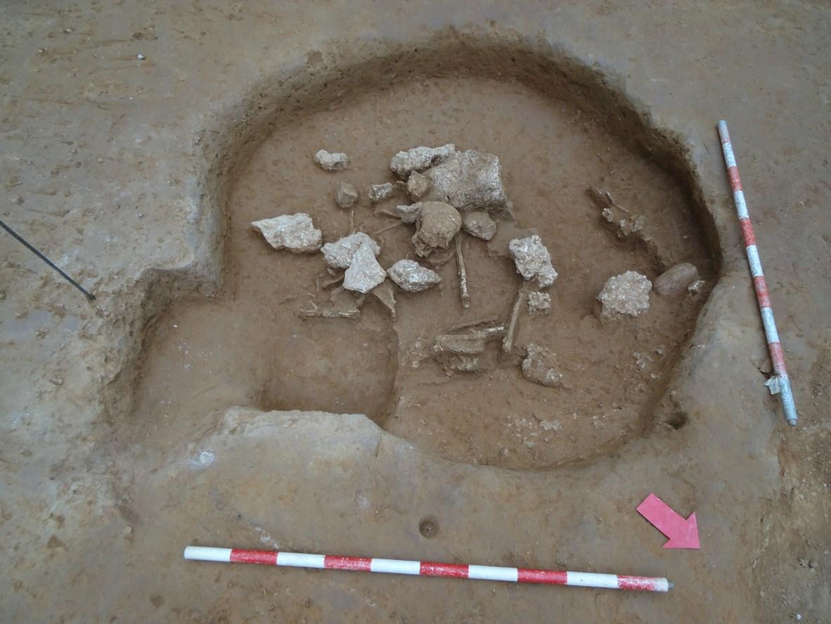 Fossa prehistòrica amb enterrament. Foto: Anna Martí (CODEX)