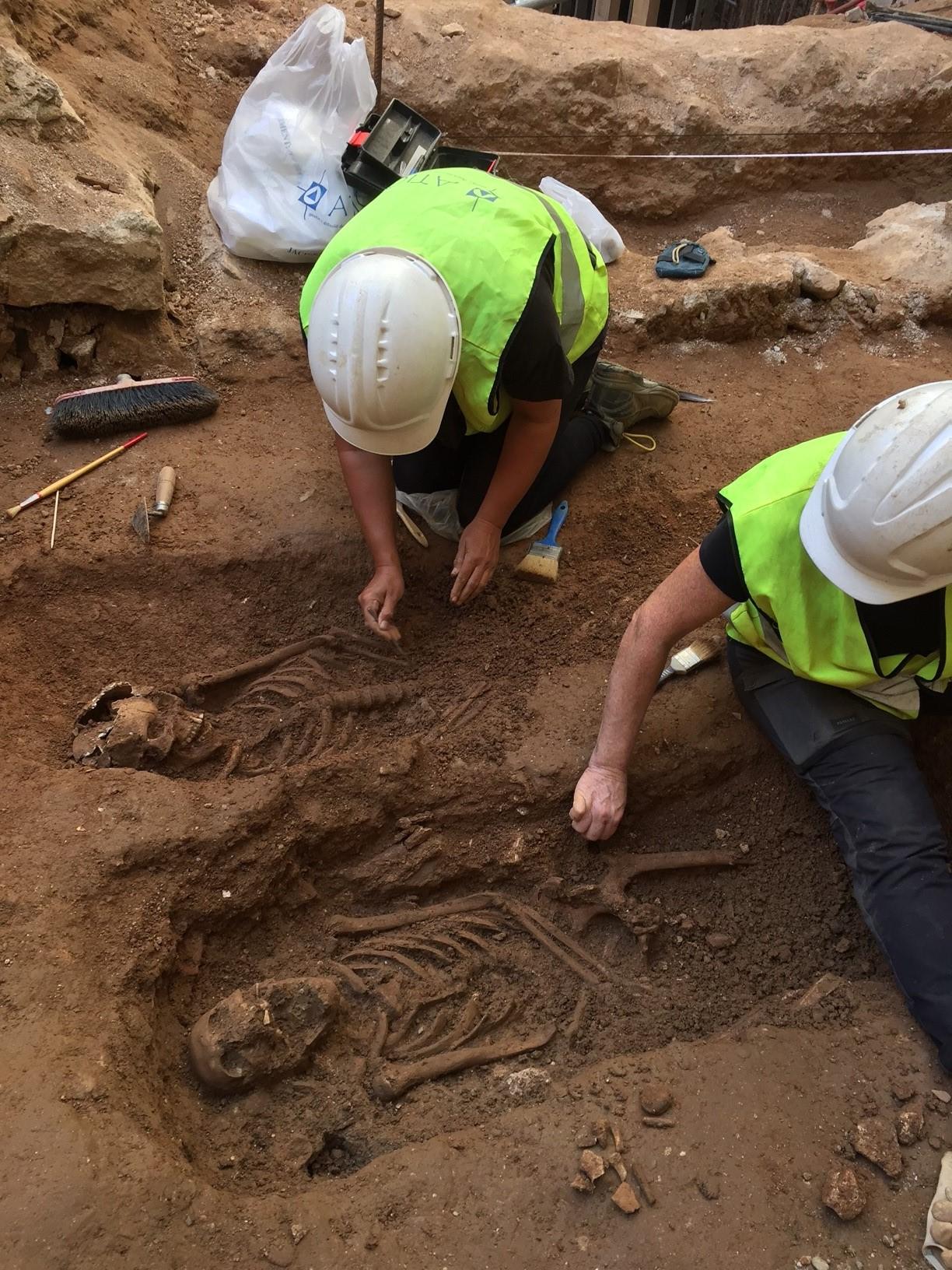 Treballs d'excavació dels enterraments (Foto: Jordi Ramos)