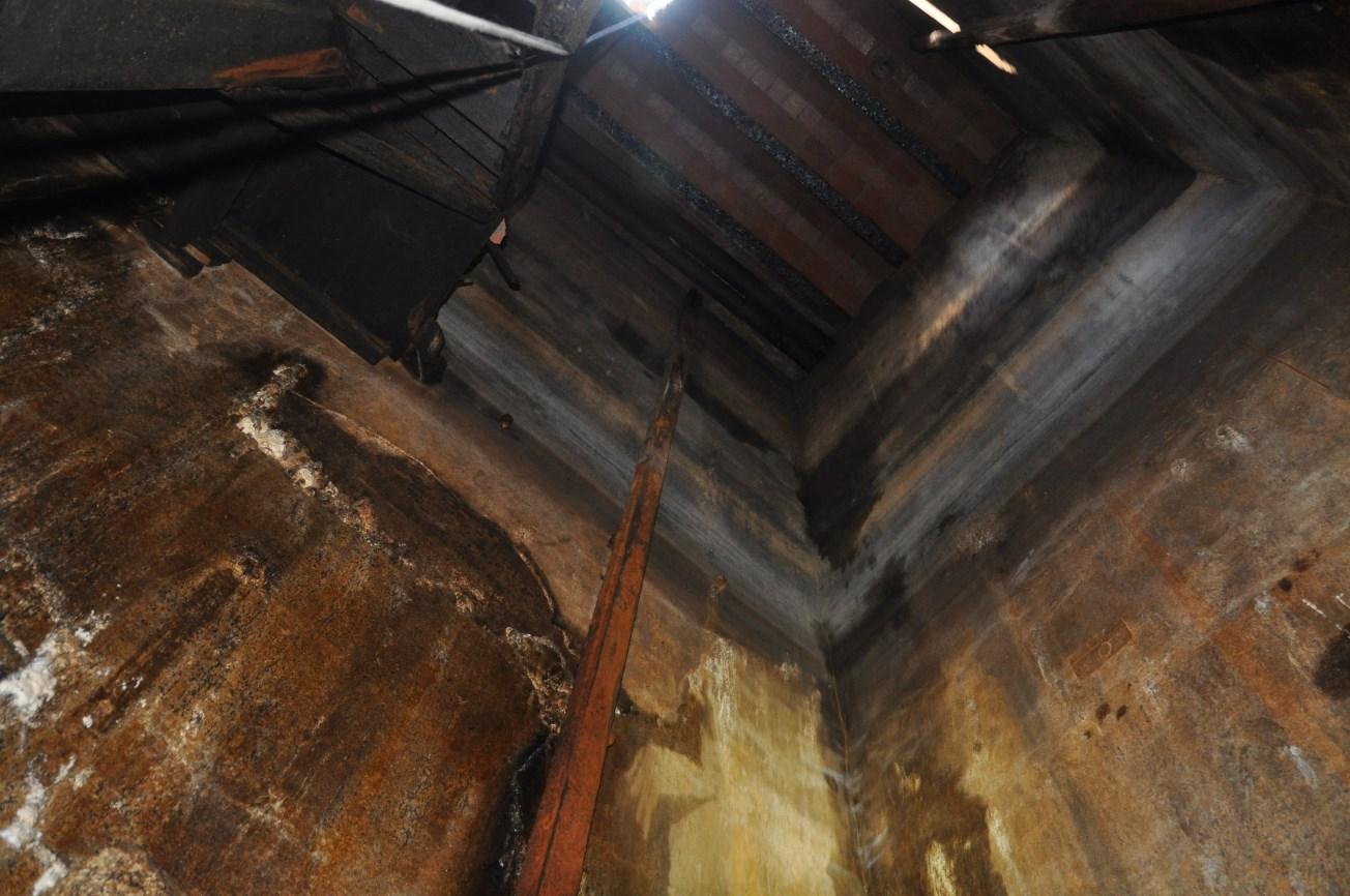 Interior del pou d'atac i detall d'un de les bigues de ferro del muntacàrregues. Foto: SABCN