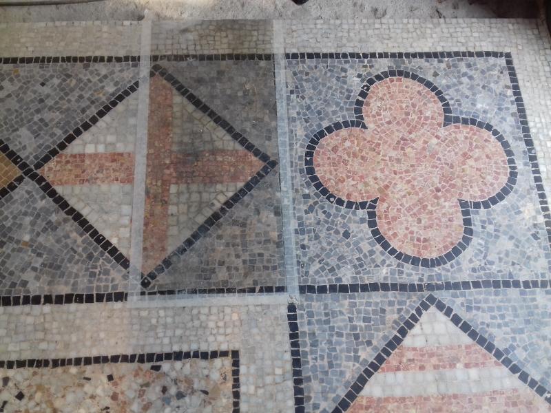 4. RACAB, neteja del mosaic amb una finestra amb l'estat inicial (Foto: Servei d'Arqueologia)