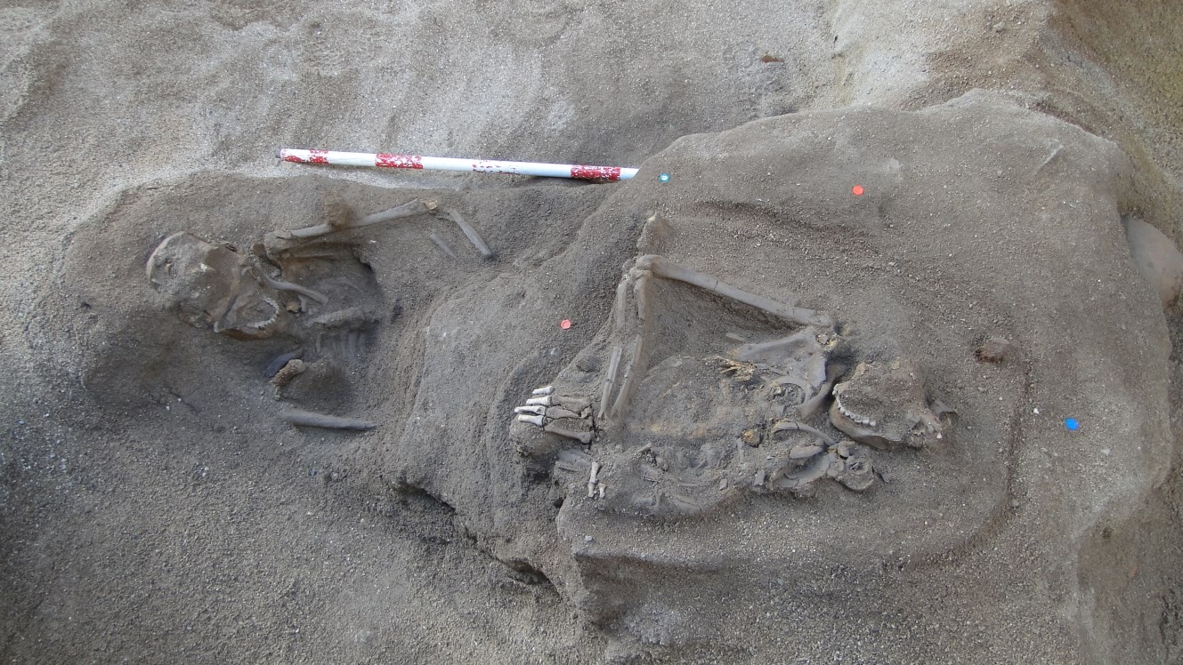 Enterraments superposats corresponents a diferents fases d'ocupació de la necròpolis romana. Foto: Walter Alegria.