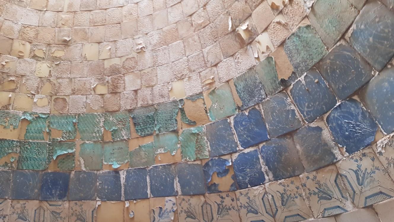 Foto de detall de les rajoles polícromes. Foto: SABCN