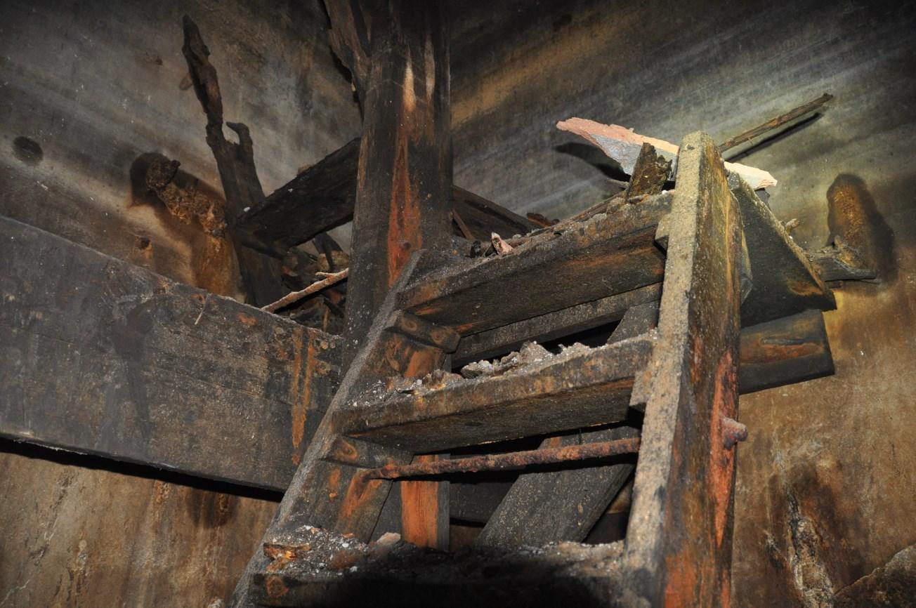 Detall de l'escala de fusta que permetia l'accés a peu al pou d'atac. Foto: SABCN