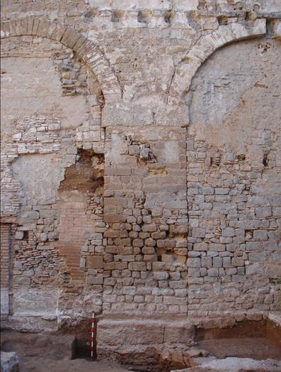 Restes de l'aqüeducte romà a la plaça Vuit de Març