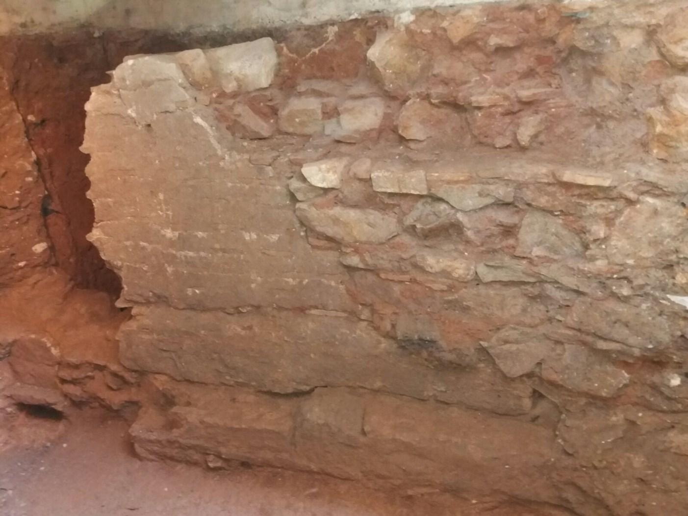 Mur medieval amb reformes modernes. Foto: Esteve Nadal (ACTIUM)