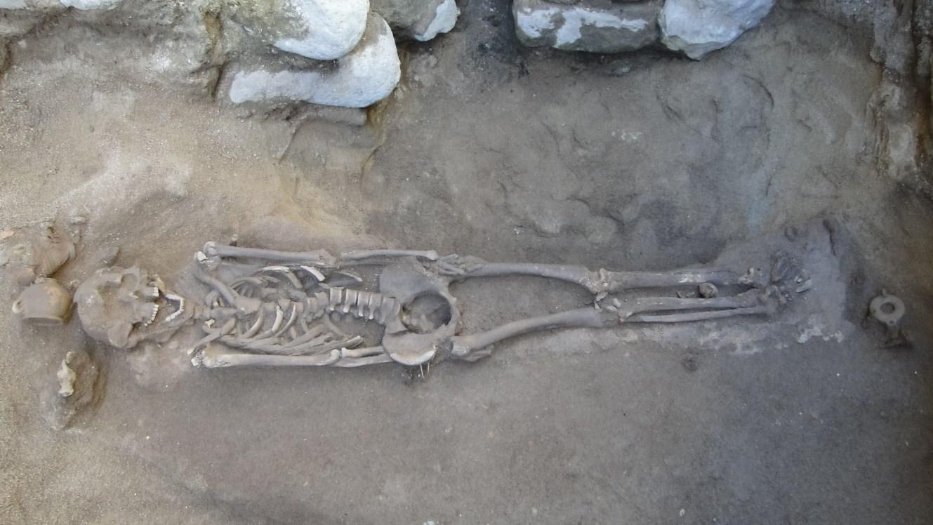 Enterrament romà amb aixovar, gerra i llàntia. Foto: Walter Alegria.