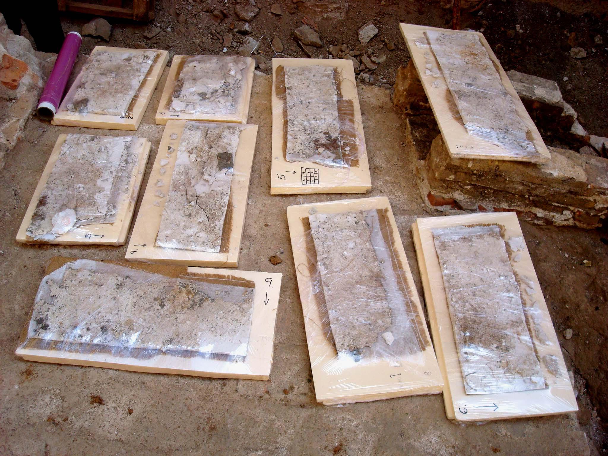 Cartell seccionat i extret del mur (Foto ÀBAC Conservació-Restauració S.L.)
