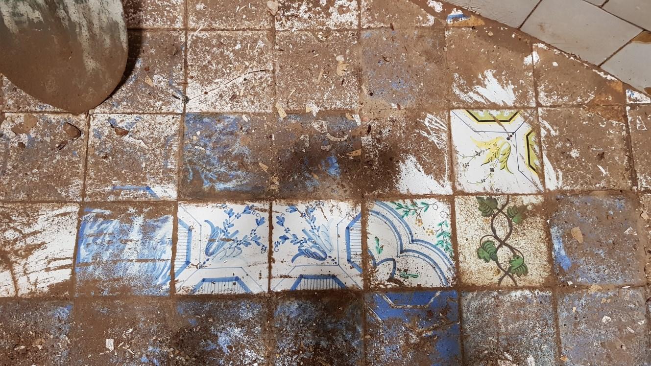 Foto detall de diverses rajoles amb motius geomètriques i vegetals. Foto: SABCN