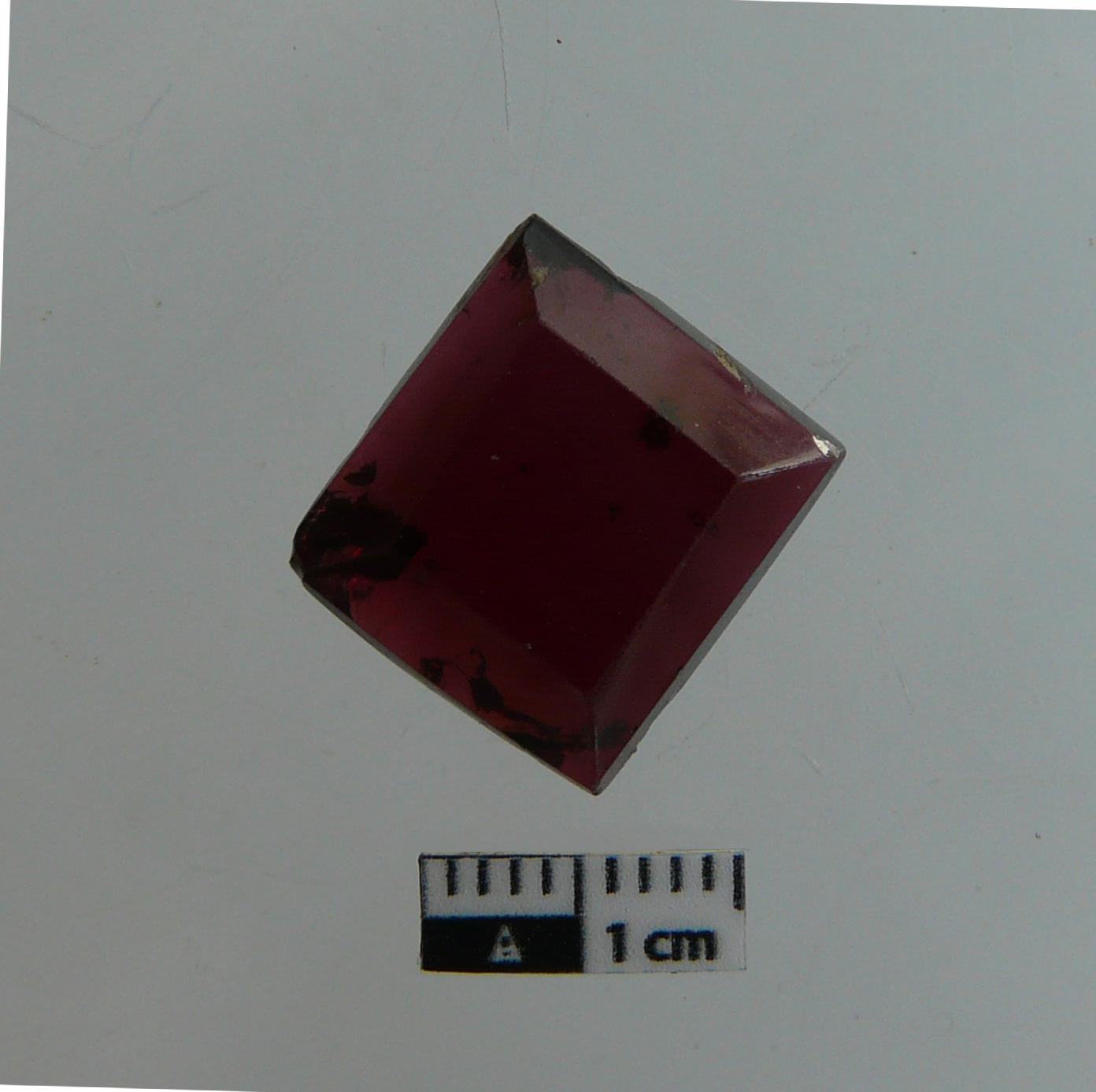 Granat encastat pertanyent a un anell o segell (segles IX-X). Foto: SABCN