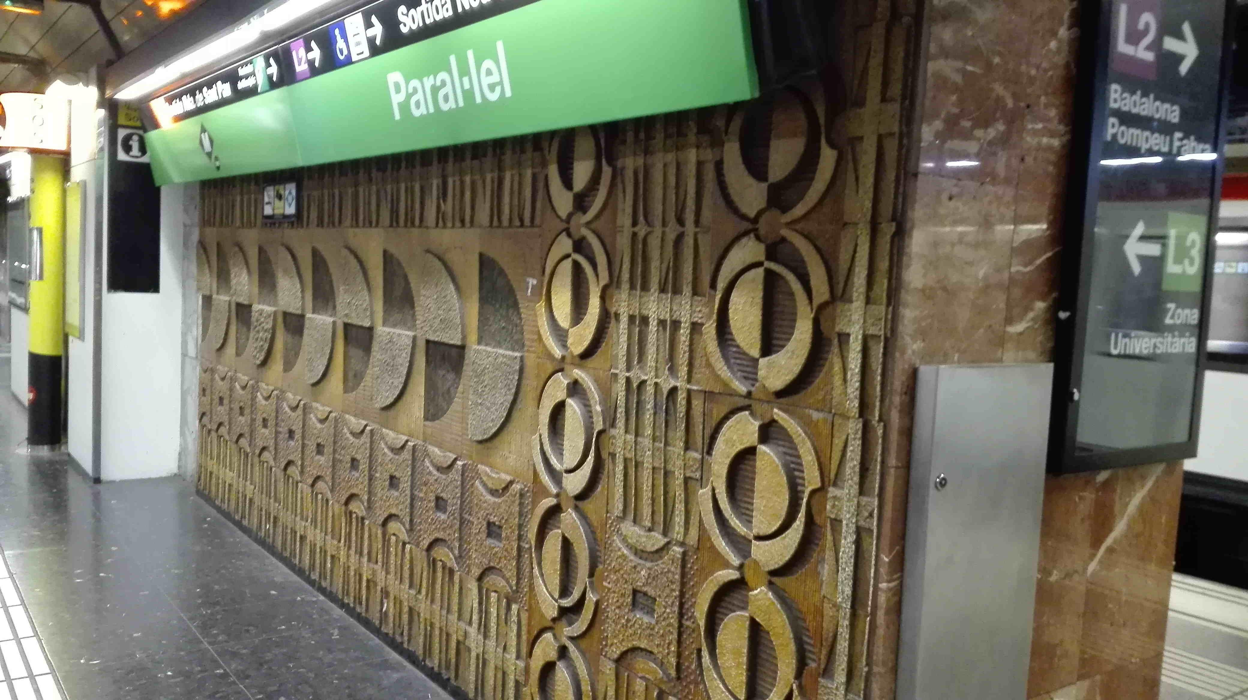 Mosaic de rajoles de ceràmica, estació de metro Paral•lel, Sants-Montjuïc (Foto: T. Navas Ferrer)