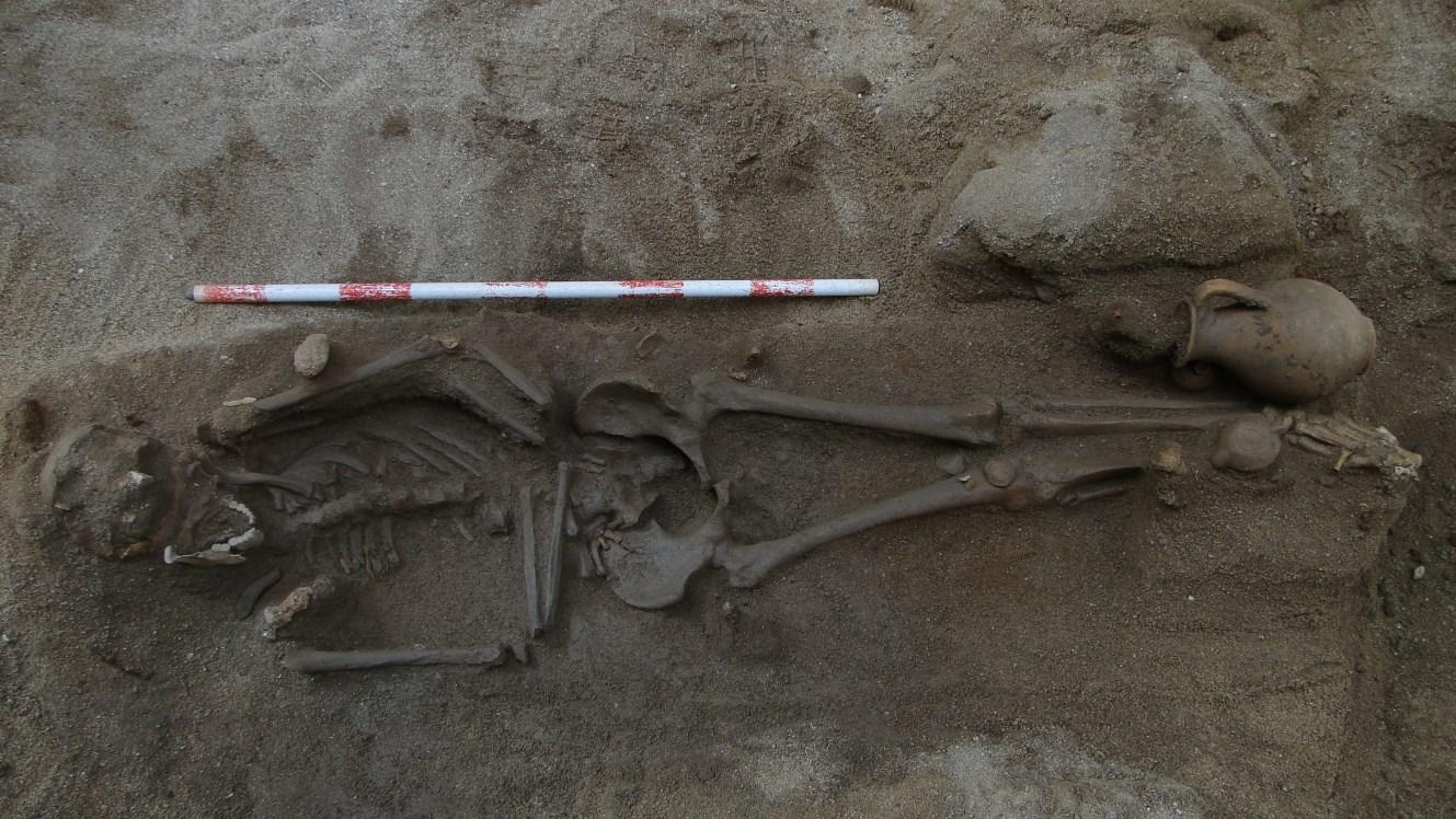 Enterrament amb aixovar, gerra i llàntia als peus. Foto: Walter Alegria