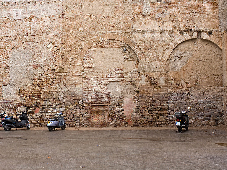 Arcades de l'aqüeducte a la plaça vuit de març.