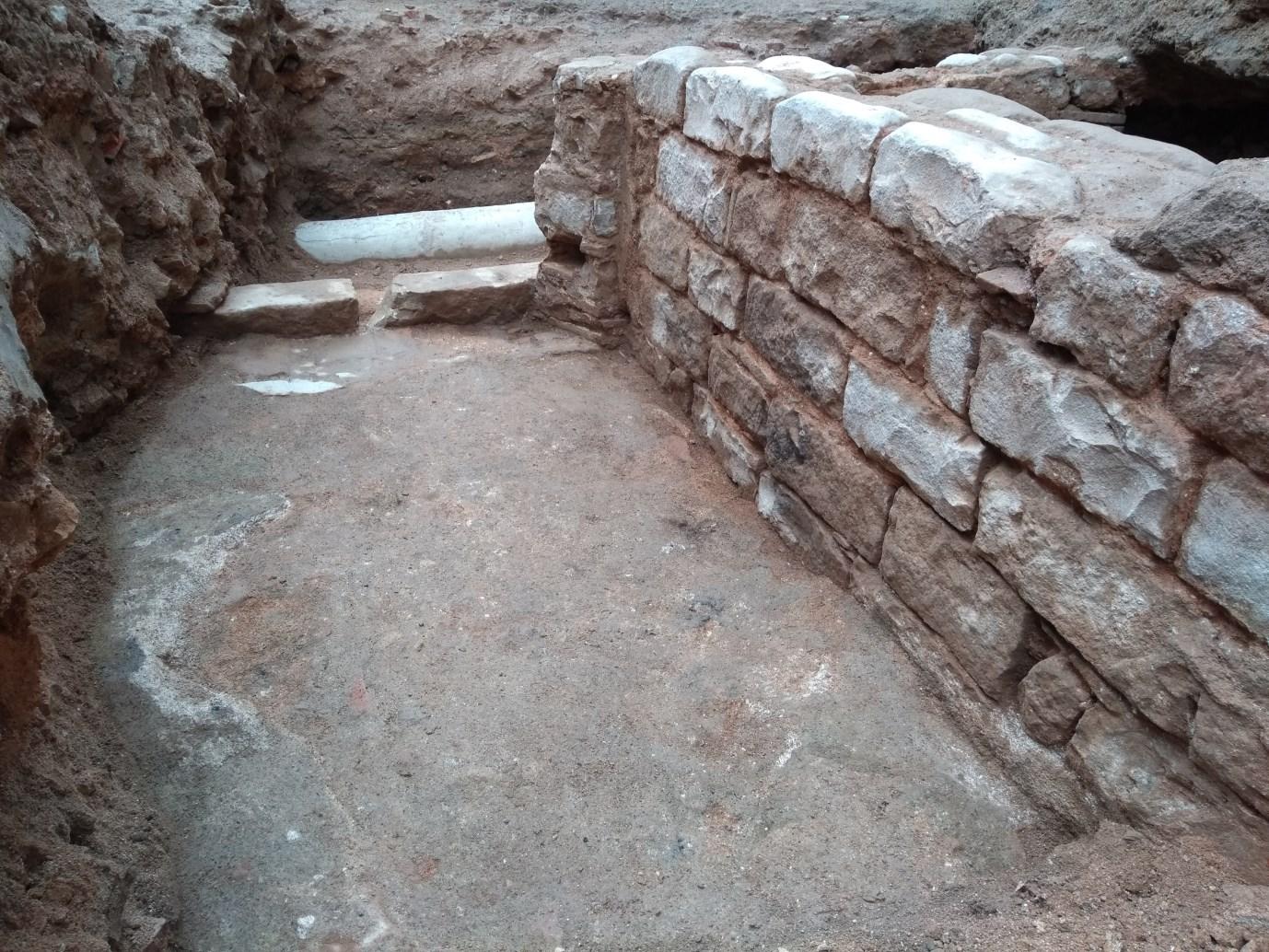 Vista de l'àmbit 1, amb el paviment de morter i la porta al fons. Foto: Jordi Ardiaca.