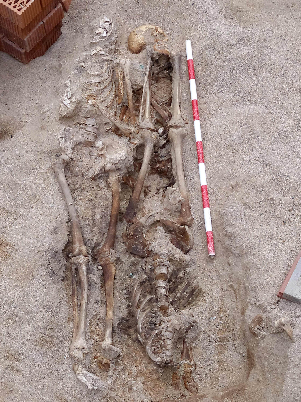 Fossa d'inhumació amb tres individus. Foto: Esteve Nadal