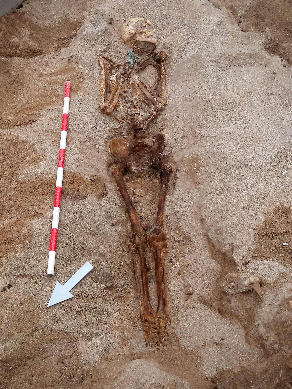 Individu inhumat amb una peça metàl.lica a les mans que sembla un rosari. Foto: Esteve Nadal