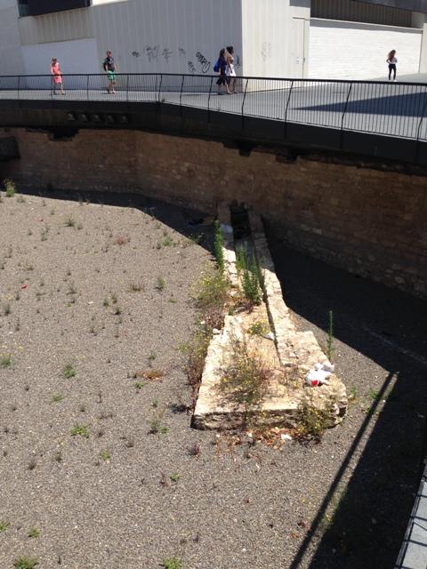Contraescarpa i canalització abans de la intervenció(foto: Servei d'Arqueologia).