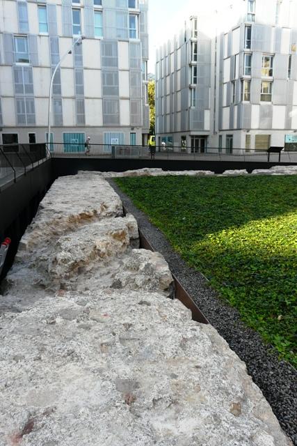 Coronament del mur del Baluard amb separació de graves i entapissat verd (foto: Servei d'Arqueologia)