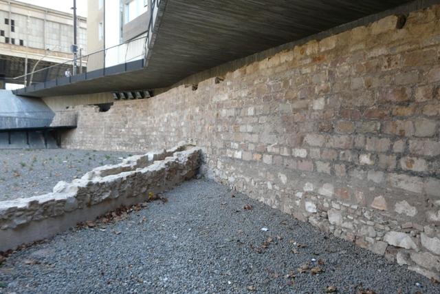 Visió general de la contraescarpa després de la intervenció(foto: Servei d'Arqueologia).