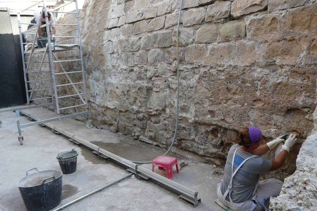 Tasques de neteja i reposició de morters durant la intervenció(foto: Servei d'Arqueologia).