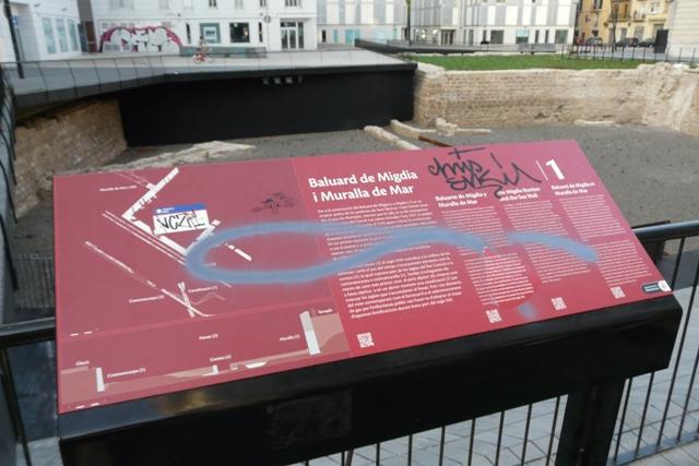 Senyalització vandalitzada i final de la intervenció. La necessitat d'un manteniment constant es important en aquests espais al descobert (foto: Servei d'Arqueologia).