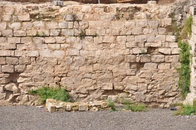 Diferents vistes de l'angle de la muralla i el Baluard abans de la intervenció(foto: Servei d'Arqueologia).