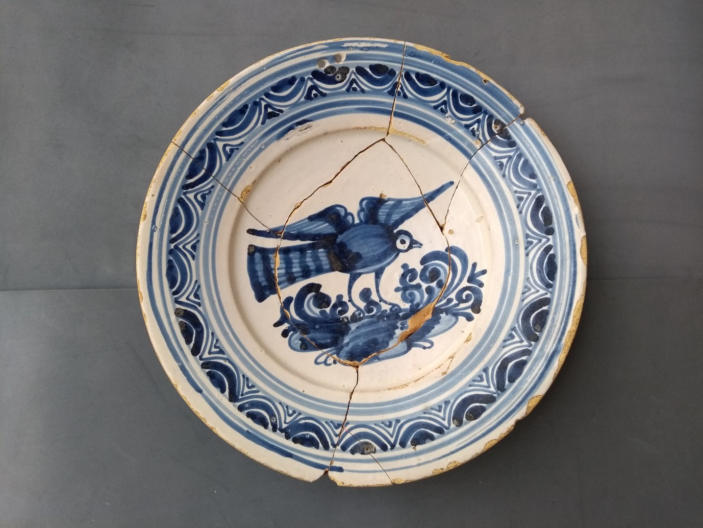 Plat de ceràmica de Poblet, finals segle XVII / inicis segle XVIII. Foto: Jordi Ardiaca
