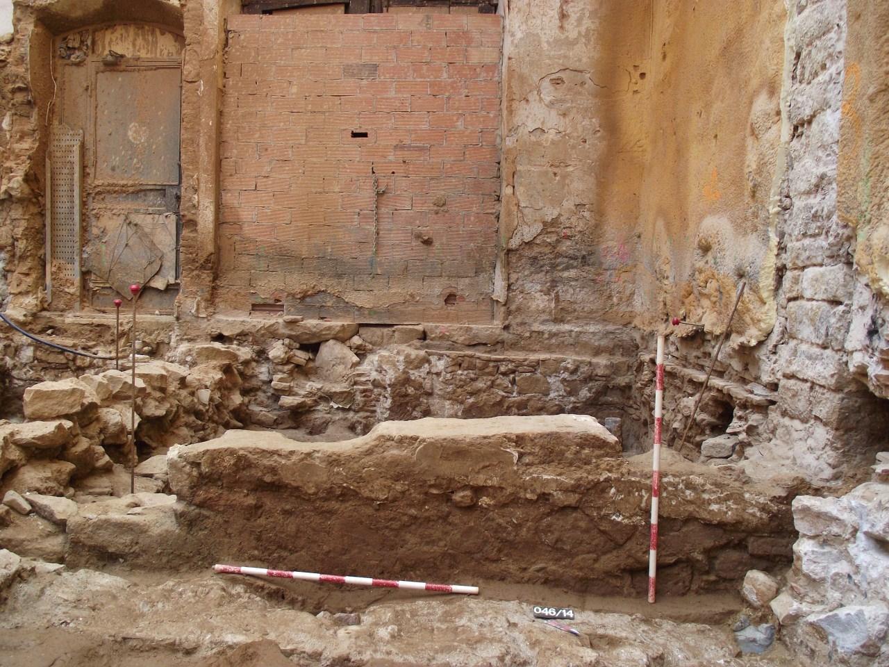 Mur amb tàpia i enlluït de morter de calç. Baix medieval. Foto: Adriana Vilardell