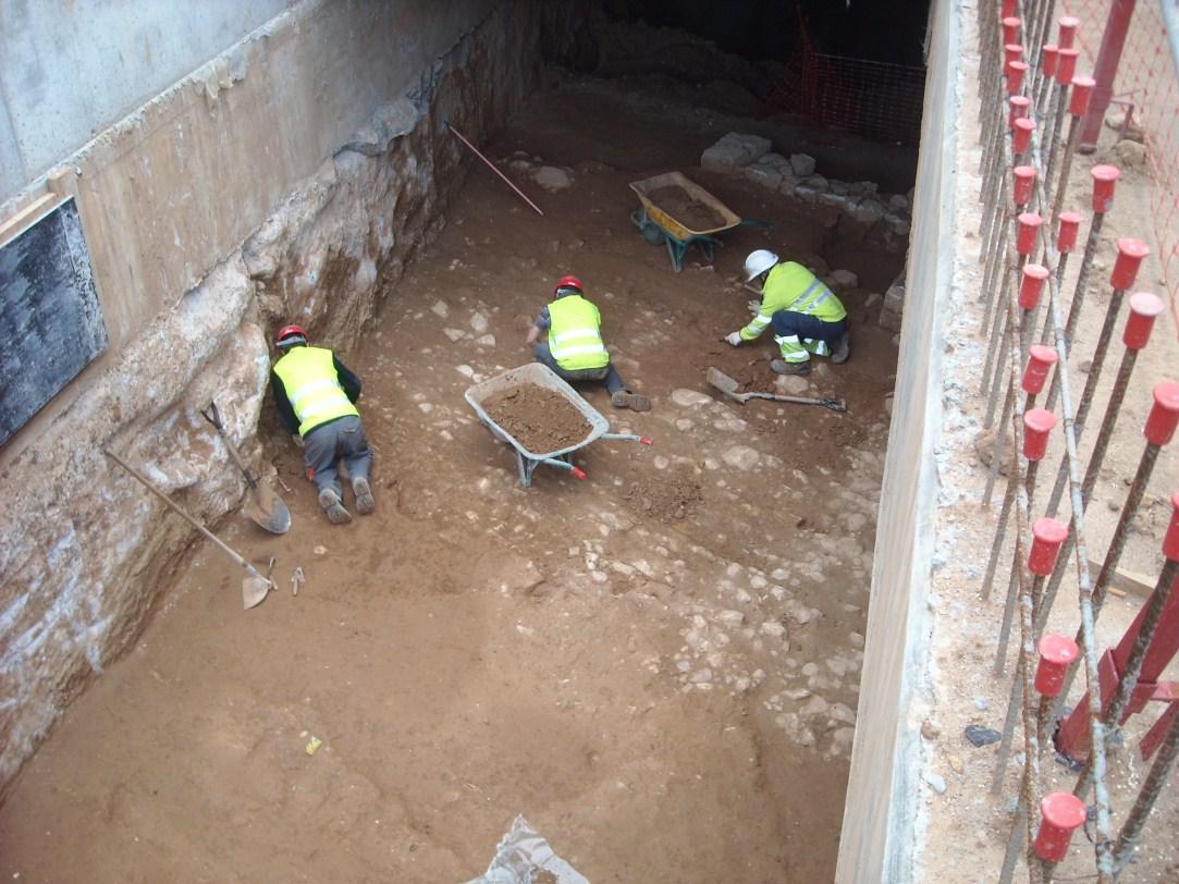 Treballs d'excavació a la via sepulcral romana del Mercat de Sant Antoni. Foto: Emiliano Hinojo (CODEX)