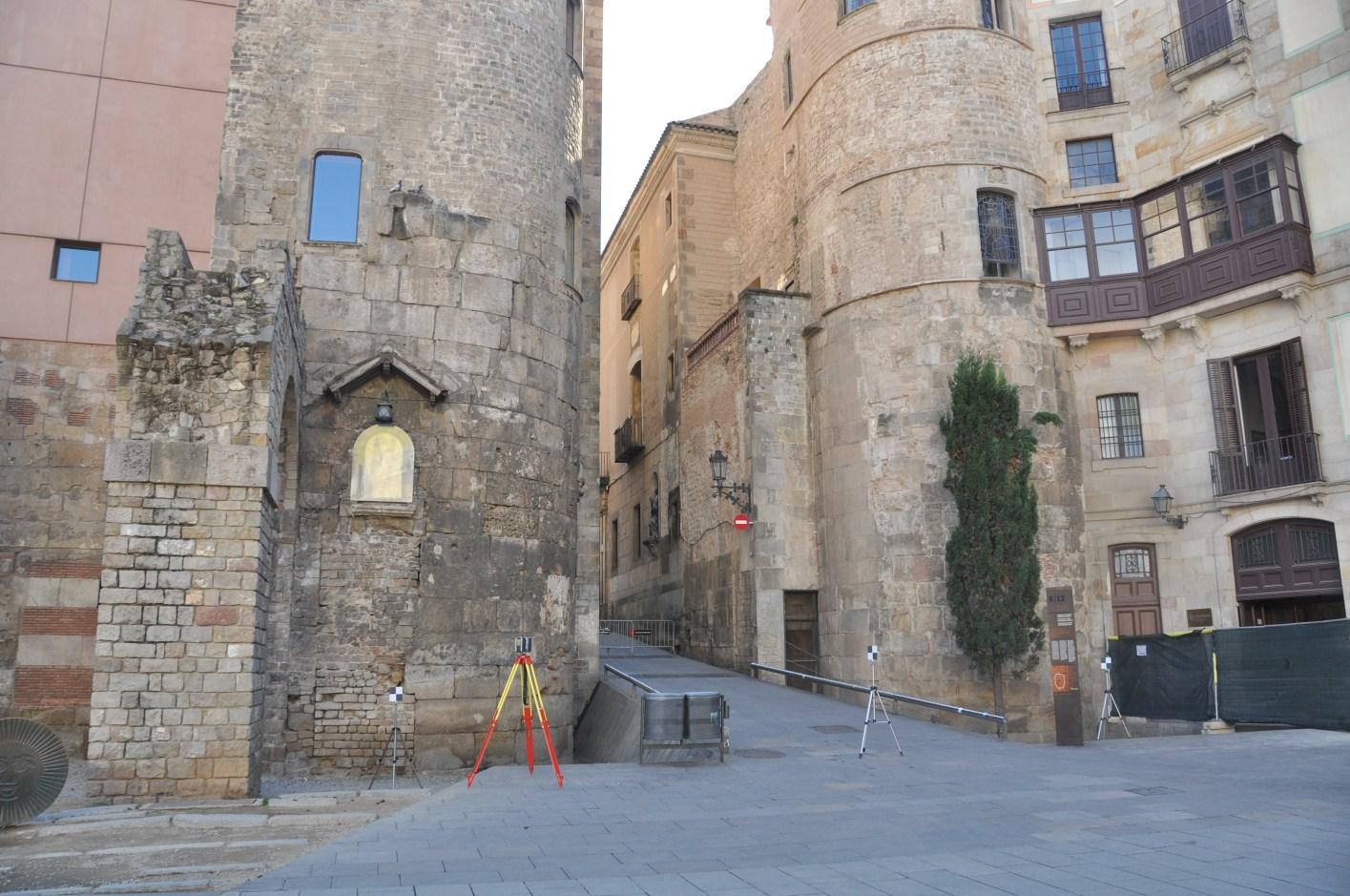Vista de la porta decumana de Barcino amb les torres 1 i 76.